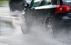 Al conducir aumente su seguridad en la lluvia