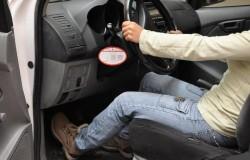 Posición correcta al conducir para reducir impacto en un choque