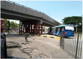 Los buses del sistema Metrovía ya pueden circular desde este lunes por debajo del paso a desnivel de la av. de Las Américas, frente al Coliseo Voltaire Paladines Polo, una vez que el viaducto fue reforzado tras resultar afectado por el sismo del pasado 16 de abril.