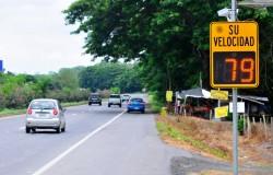 Conducir a exceso velocidad es peligroso, pero ir muy lento también